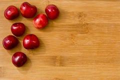 Зрелые красные вишни плодоовощ на борту Стоковое Фото