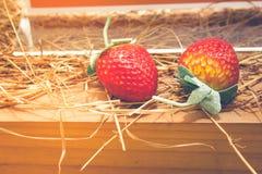 Зрелые красные клубники на деревянном столе и соломе с солнечным светом Стоковые Фотографии RF