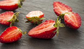 Зрелые красные клубники на черной предпосылке Стоковое Фото