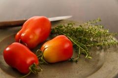 Зрелые красные доморощенные томаты сливы Стоковые Изображения