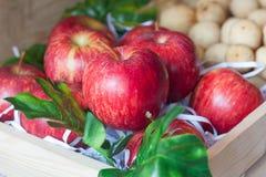 Зрелые красные яблоки в деревянной коробке Стоковые Фото