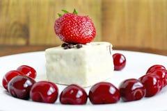 Зрелые красные ягоды вишни и торта клубники на плите Стоковое Фото
