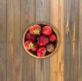 Зрелые клубники на деревянной предпосылке Стоковые Фотографии RF