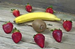 Зрелые клубники с кивиом и бананом стоковая фотография rf