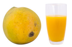 Зрелые манго и стекло сока манго на белой предпосылке Стоковое Изображение