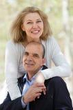 Зрелые пары в влюбленности внешней Стоковое фото RF