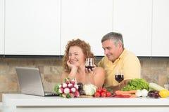 Зрелые пары в кухне Стоковое Фото