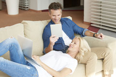 Зрелые пары занимаясь серфингом на интернете совместно Стоковые Изображения