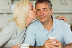 Зрелые пары имея кофе совместно Стоковые Изображения RF