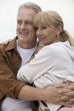 Зрелые пары обнимая outdoors Стоковая Фотография RF
