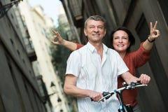 Зрелые пары оставаясь с электрическими велосипедами стоковые изображения