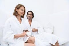 Зрелые пары ослабляя совместно на курорте дня Стоковые Фото