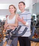 Зрелые пары представляя в спортзале Стоковая Фотография