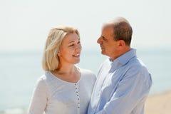 Зрелые пары против моря Стоковое Фото