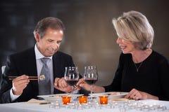 Зрелые пары сидя в ресторане Стоковое Фото