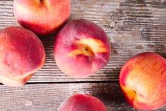 Зрелые персики на старом деревянном столе Стоковые Изображения RF