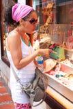 Зрелые покупки окна женщины стоковое изображение rf