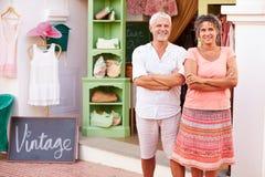 Зрелые предприниматели моды хранят стоящее внешнее ½ ¿ Shopï стоковая фотография