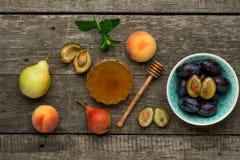 Зрелые плодоовощи персика, слив и груши с медом внутри Стоковые Фотографии RF
