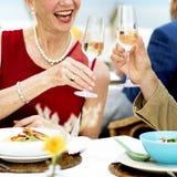 Зрелые друзья штрафуют обедать Outdoors концепция Стоковое Изображение RF