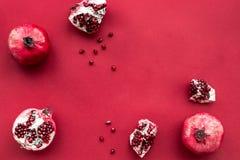 Зрелые свежие фрукты на красном космосе взгляд сверху предпосылки для текста Стоковые Фотографии RF