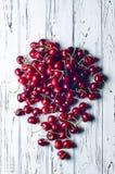 Зрелые сочные сладостные вишни на белом деревянном столе Стоковое Изображение