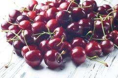 Зрелые сочные сладостные вишни на белом деревянном столе Стоковая Фотография RF
