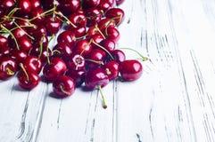 Зрелые сочные сладостные вишни на белом деревянном столе Стоковое фото RF