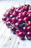 Зрелые сочные сладостные вишни на белом деревянном столе Стоковое Изображение RF