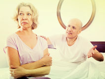Зрелые ссоры пар в кровати Стоковое Фото