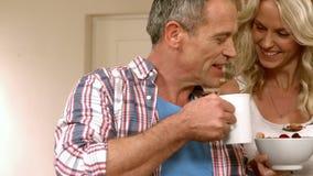 Зрелые счастливые пары имея завтрак совместно акции видеоматериалы
