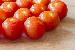 Зрелые томаты вишни на древесине Стоковое фото RF