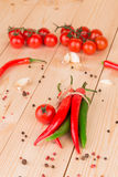 Зрелые томаты и перец горячего chili Стоковые Фото
