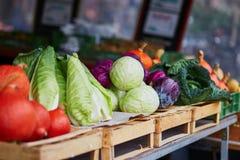 Зрелые тыквы и капуста на рынке сельскохозяйственной продукции фермера Стоковое Изображение RF