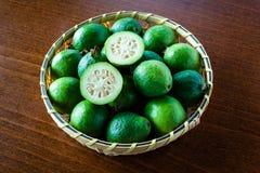 Зрелые Guavas на бамбуковой корзине Стоковые Изображения