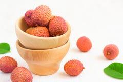 Зрелые lychees в шаре на белой предпосылке, селективном фокусе, c Стоковые Изображения