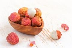 Зрелые lychees в шаре на белой предпосылке Стоковое Изображение