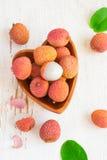 Зрелые lychees в шаре на белой предпосылке Стоковые Изображения