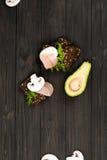 Зрелый авокадо лежа около сандвичей Стоковые Изображения RF
