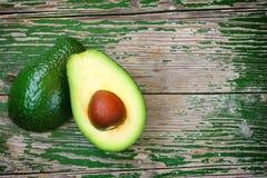 Зрелый авокадо отрезал в куски на таблице Стоковое Изображение RF