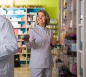 Зрелый аптекарь женщины на работе Стоковые Фотографии RF