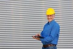 Зрелый архитектор используя таблетку цифров Стоковые Фото