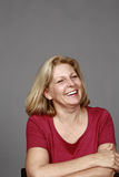 Зрелый белокурый смеяться над женщины стоковые изображения rf
