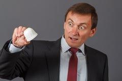 Зрелый бизнесмен стоя перед серый принимать предпосылки Стоковое фото RF