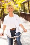 Зрелый велосипед женщины Стоковое Изображение