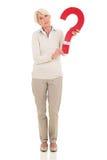 Зрелый вопросительный знак женщины Стоковое фото RF