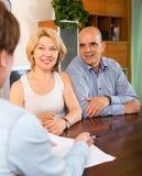 Зрелый вопросник пар для выходя на рынок работника или работника Стоковая Фотография