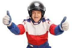 Зрелый гонщик автомобиля давая 2 большого пальца руки вверх Стоковое Изображение RF