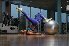 Зрелый делать женщины Сидеть-поднимает с шариком тренировки Стоковое Изображение RF