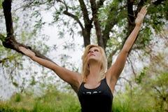 Зрелый женский Yogi расширяет оружия вверх Стоковое Изображение RF